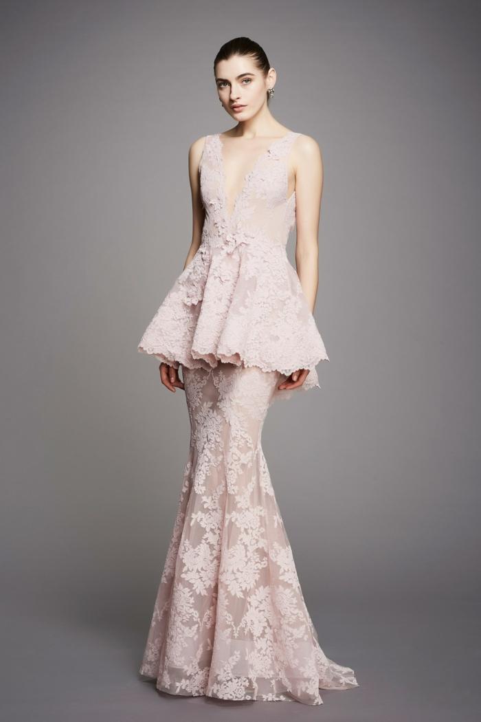 robe soirée en rose pastelavec des riches volants en dentelle et décolleté en V