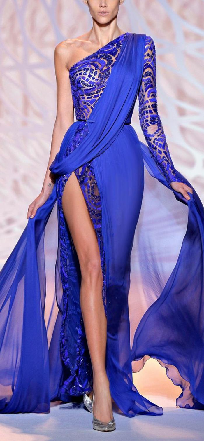 robe soirée en bleu électrique avec une épaule asymétrique et dentelle bleue sur la manche unique sur le buste et sur une partie de la jupe