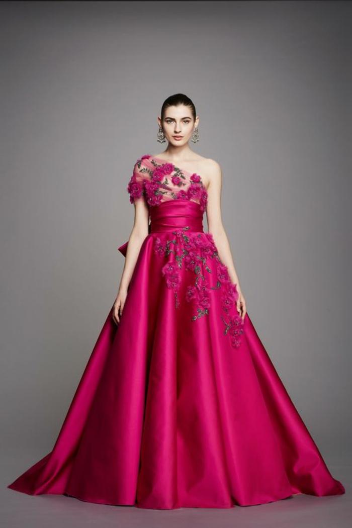 robe de soirée longue fortement évasée avec des roses sur l'une des épaules et sous la taille