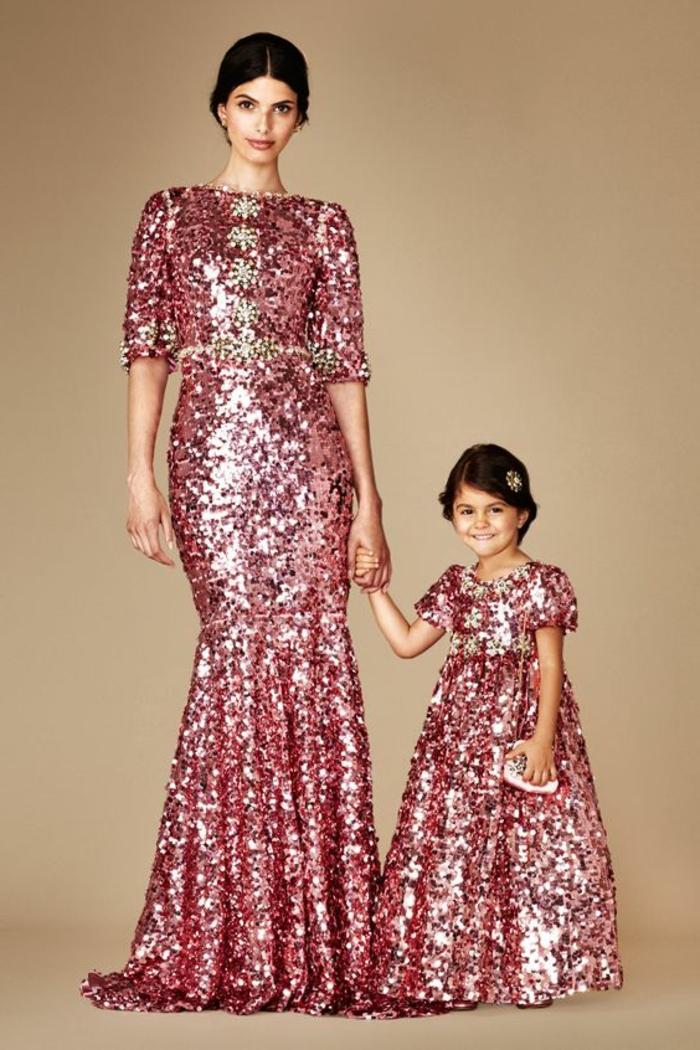 robe de cérémonie femme avc des paillettes rouges aux manches 3/4 modèle aussi pour la fillette comme maman