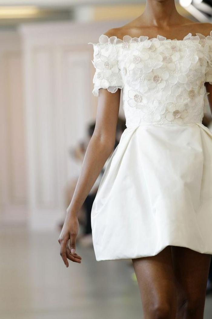 tenue pour mariage robe en dentelle blanche avec des fleurs délicates en organza blanche