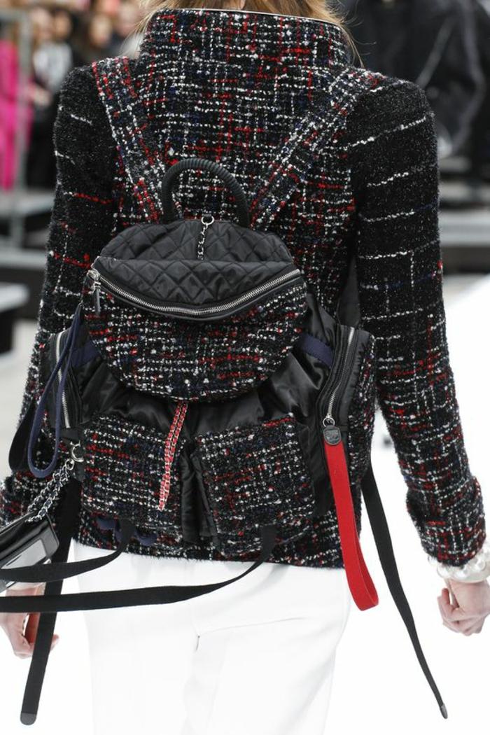 sac à dos femme tendance combiné avec laveste en laine avec des pépites colorées Chanel