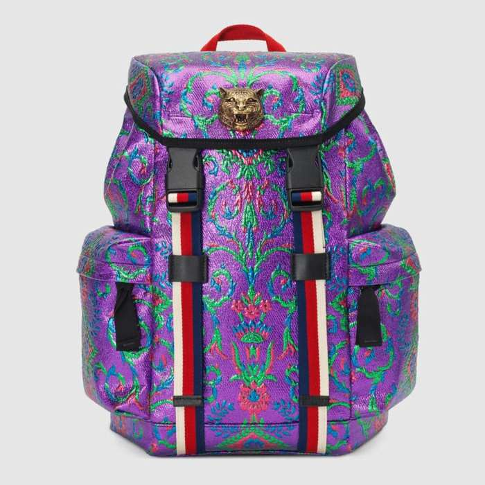 sac a dos vintage en couleur lila et des broderies sur tissu avec décoration tete de panthère une création de Gucci