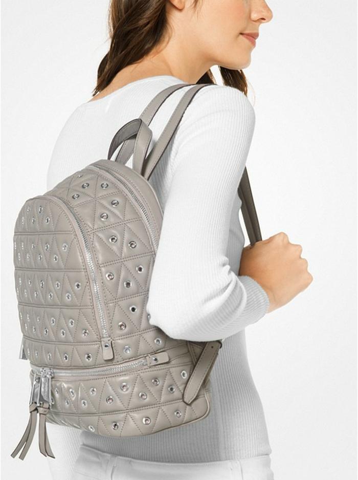 sac à dos femme tendance en gris clair avec deux min franges sur les fermetures éclairs