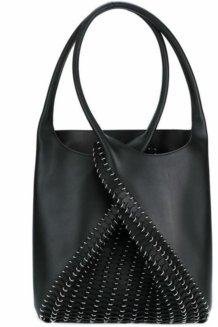 sac a dos noir avec des éléments décoratifs en métal style glam rock avec deux grandes poignées a porter a la main