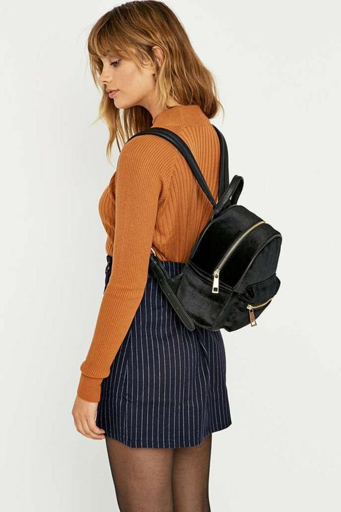 sac a dos vintage en satin noir petite taille pour le look en ville et pour les sorties le soir