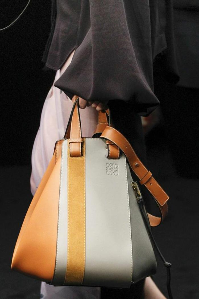 sac a dos femme tendance en couleur caramel gris clair jaune et blanc avec petite poignée en caramel élégante Loewe
