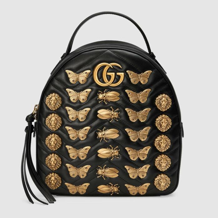 sac a dos noir Gucci décoré avec des insectes en métal effet bronze vieilli et des franges longues noires sur les fermetures éclair