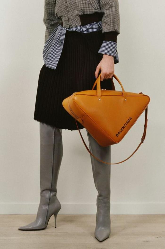 sac à dos cuir femme sac à dos femme tendance en couleur moutarde disponible gamme de plusieurs couleurs Balenciaga en forme triangulaire