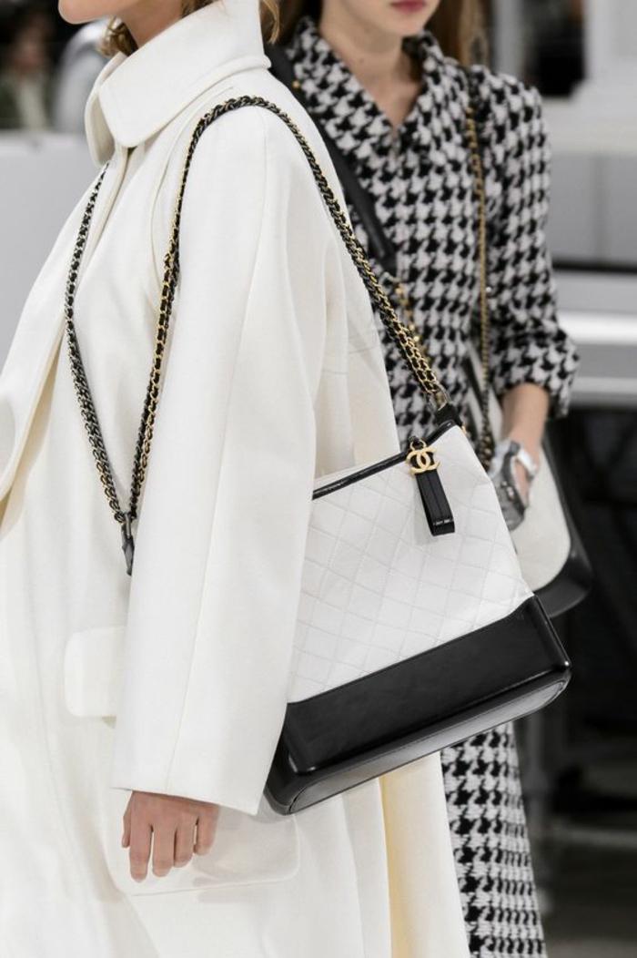 sac à dos femme vintage en blanc et noir look classique Chanel pour des tenues recherchées et élégantes qui ne passent jamais de mode