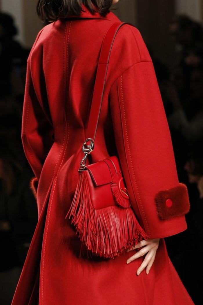 sac a dos vintage en rouge flamme avec des franges chiquissime en forme carrée Fendi