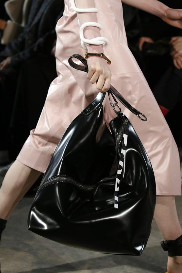 sac a dos vintage en noir passe partout large et haut de forme changeante selon les objets que l'on porte avec soi