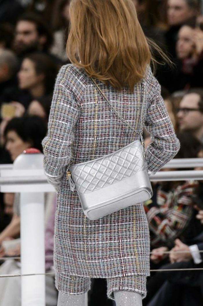 sac à dos femme vintage en couleur argent ultime tendance Chanel effet matelassé devant