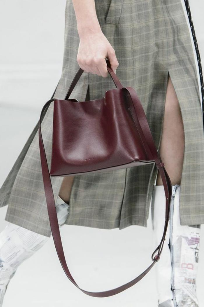 sac a dos cuir femme en couleur vin bordeaux petite taille avec petite poignée pour une allure élégante