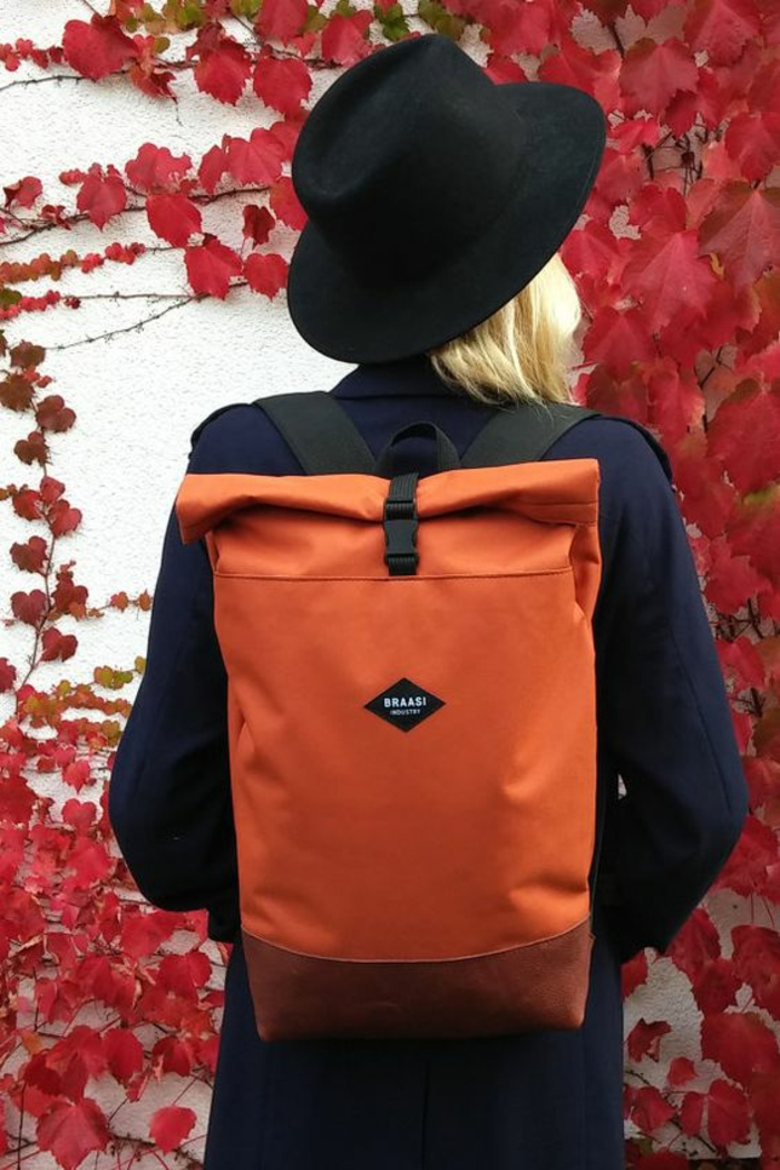 sac à dos femme vintage en tissu impérméable orange avec des bandes épaules en tissu noir