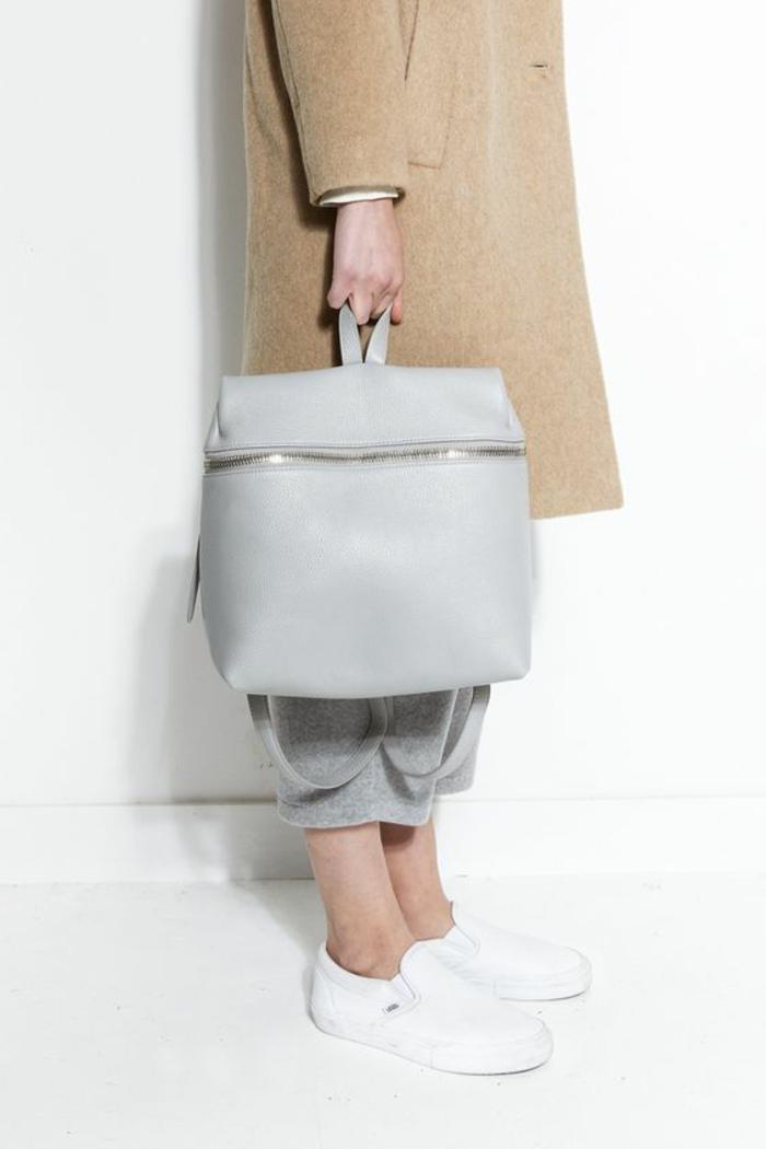 sac a dos cuir femme en couleur baby bleu avec fermeture éclair décorative pour un style remarquable