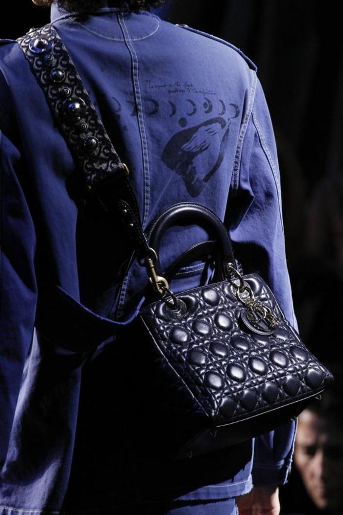 sac à dos femme cuir Chanel unisexe petite taille avec grande poignée et logo métallique rond pour décorer devant