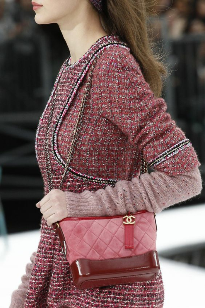 sac a dos vintage en couleur bourgoundi avec bandoulière courte en métal