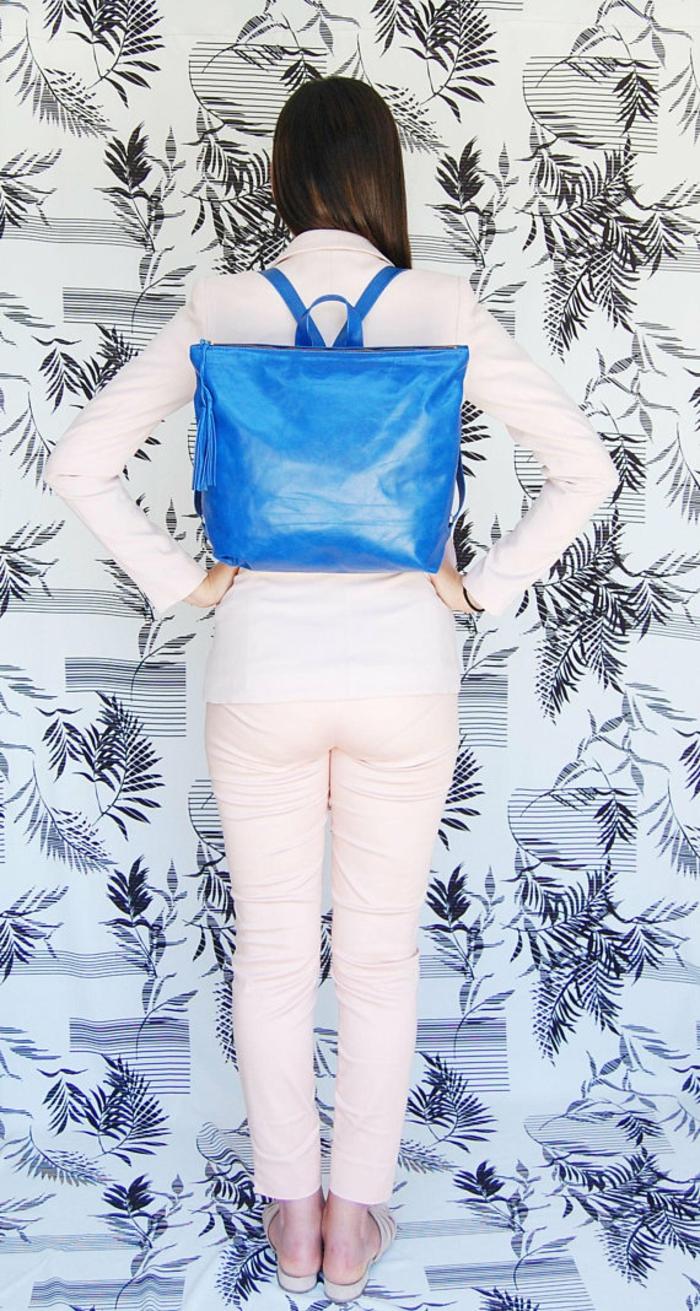 sac à dos cuir femme en bleu éléctrique et en forme carrée de taille moyenne finition brillante