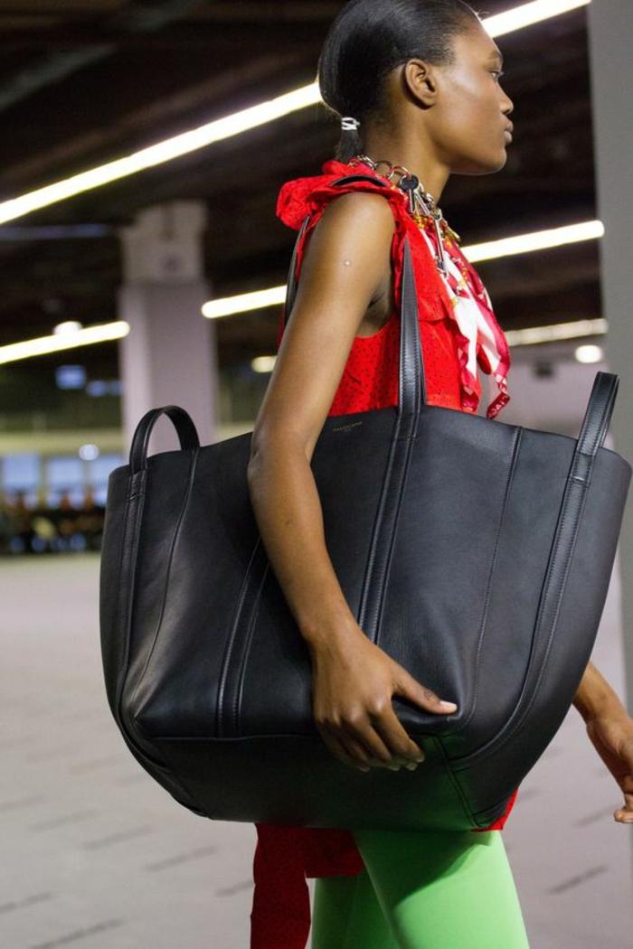 sac a dos vintage tout noir Balenciaga passe partout fourre tout pour tous les styles et tous les types de tenues