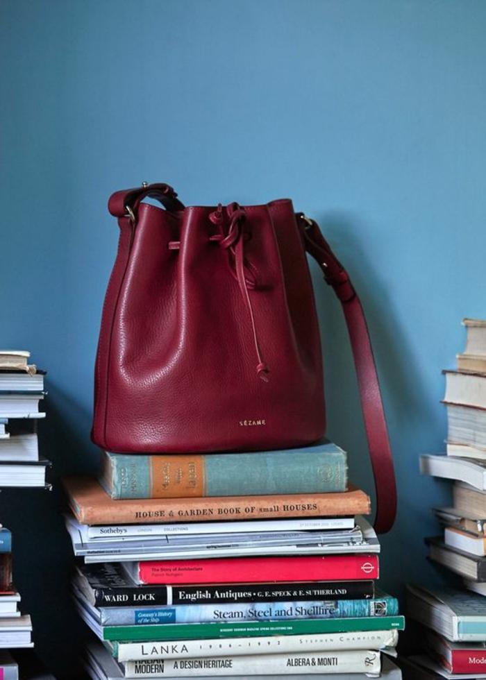 sac a dos vintage en couleur vin avec bandoulière en forme ronde une création de Cezane