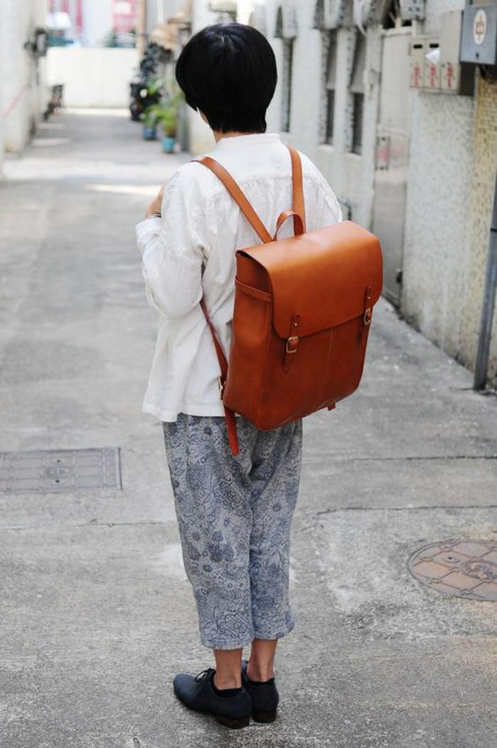 sac à dos femme tendance en marron clair couleur whisky en forme de cartable pour l'école