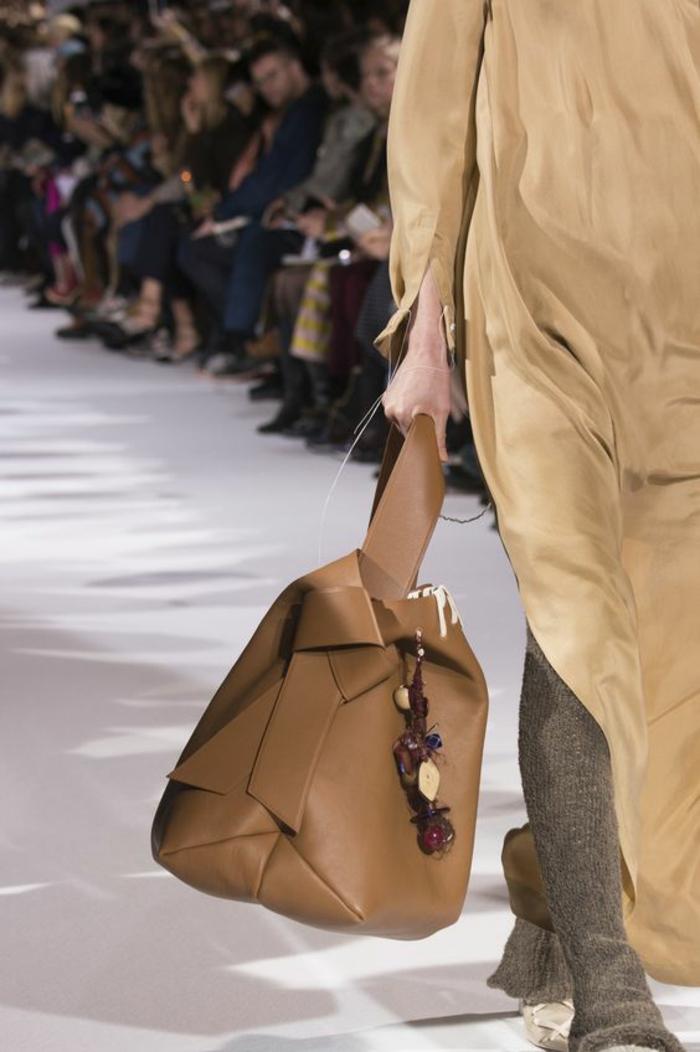 sac à dos femme tendance en beige caramel en forme asymétrique couleur neutre facile à combiner avec ses tenues et les styles différents