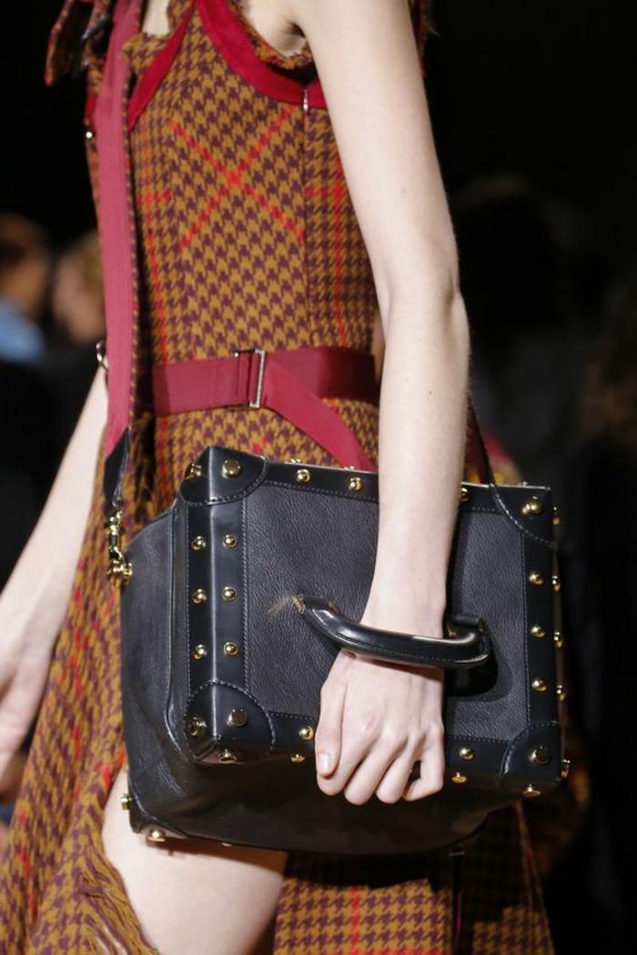 sac à dos femme tendance en forme carrée portée de travers style vintage en tissu et en cuir