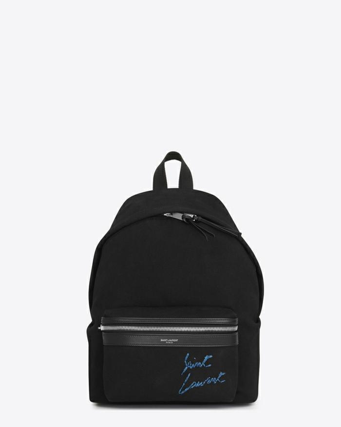 sac a dos noir logo et signature d'Yves Saint Laurent en bleu électrique a porter avec des jeans et des basquets