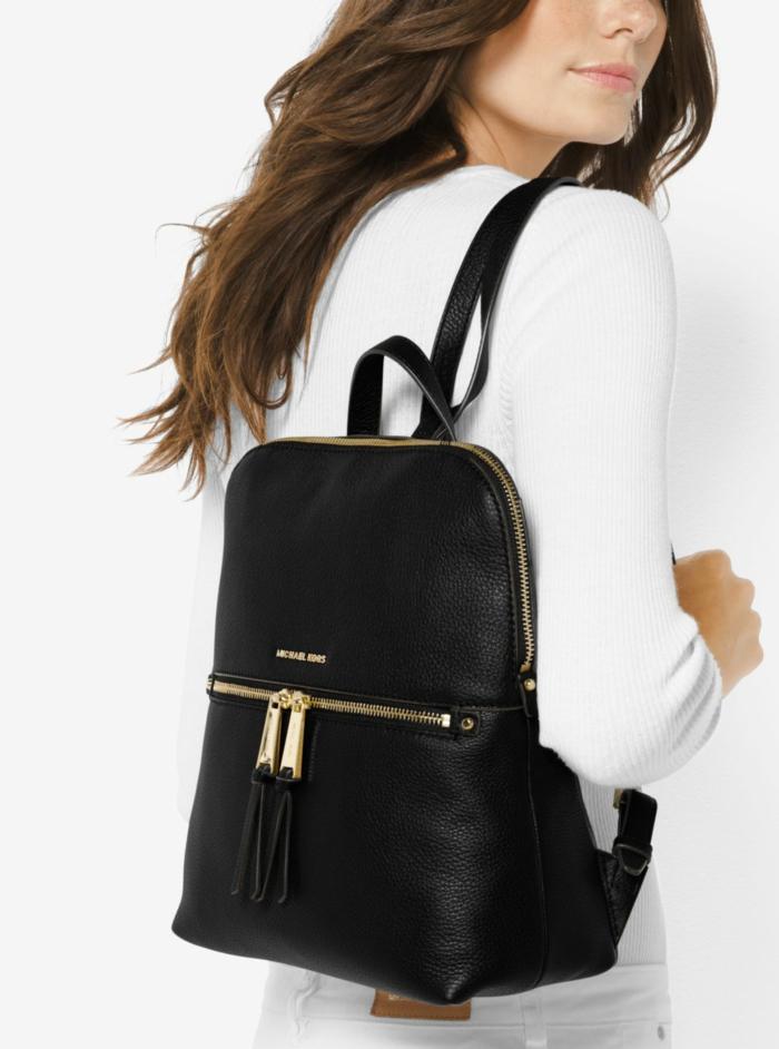 sac à dos femme tendance Michael Kors en noir avec des ornements discrets en métal doré et nom du designer signé devant