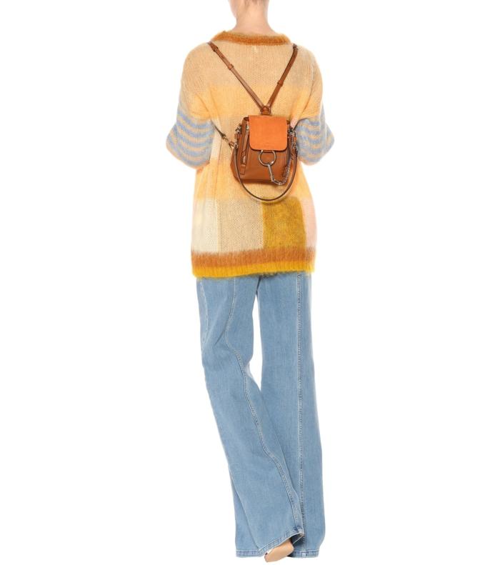 sac à dos femme tendance en marron et caramel taille micro discret et conception fine