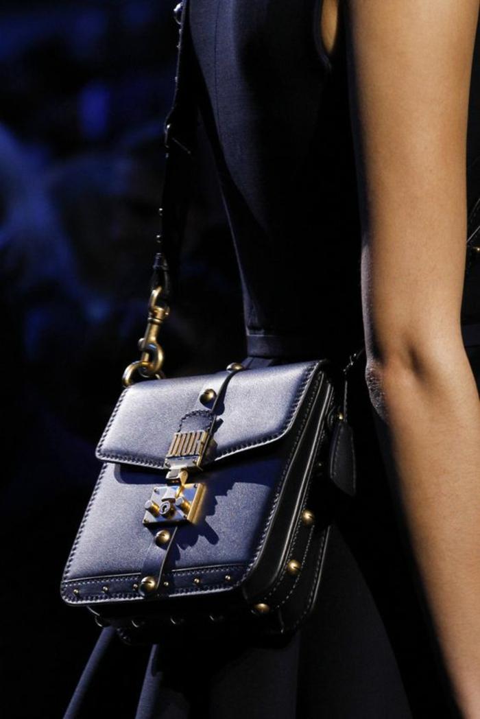 sac à dos cuir femme en forme carrée et en couleur bleu marine avec fermeture en métal vintage