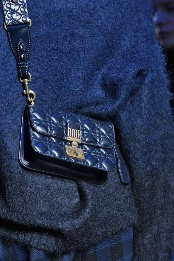 sac à dos femme vintage en bleu marine taille micro avec le logo de Dior très pratique