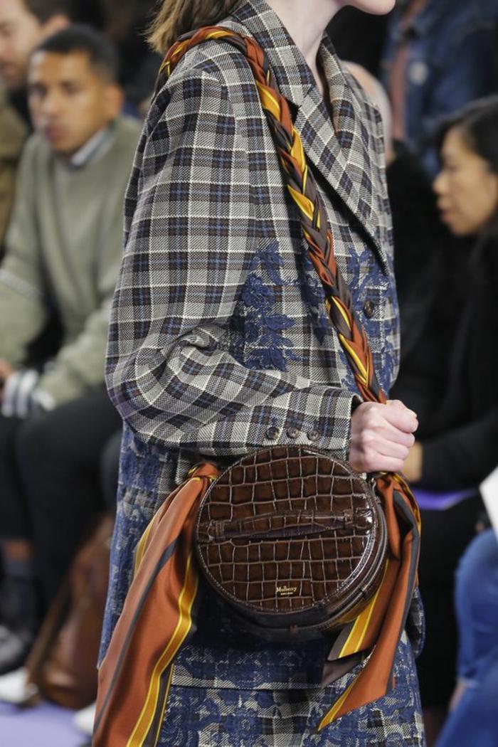 sac à dos cuir femme en forme ronde motifs croco avec écharpe tressée en jaune et marron comme bandoulière