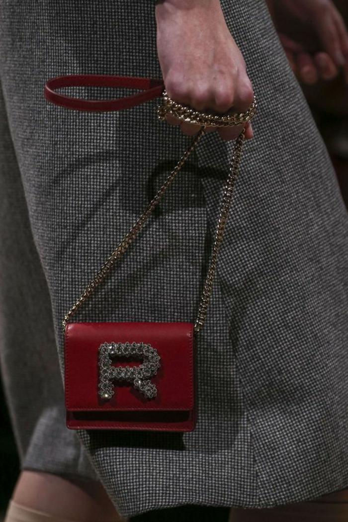 sac à dos femme cuir avec l'initiale du logo de Rochas taille micro en rouge avec bandoulière métallque en métal doré