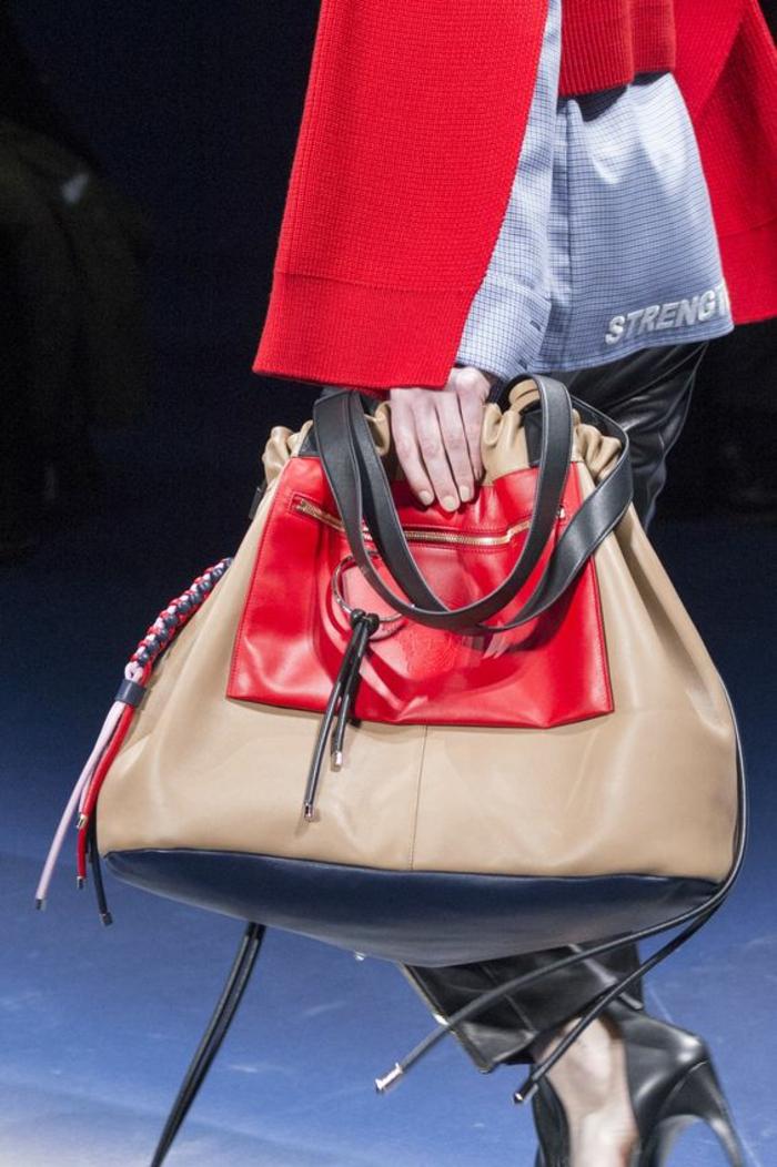 sac à dos femme tendance en beige et rouge grand format pour un style élaboré