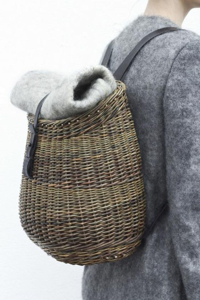 sac à dos femme tendance en canne tressée en beige et gris avec des bandes noires pour les épaules