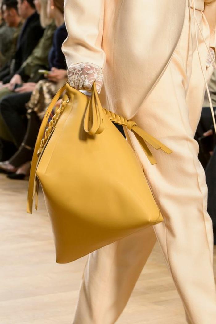 sac a dos femme tendance en couleur moutarde et avec une forme attrayante avec bandoulière tressée