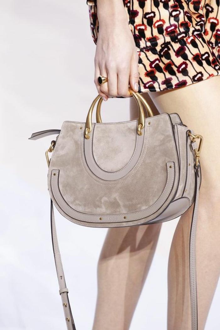 sac à dos femme tendance en couleur colombe avec des petites poignées en métal doré