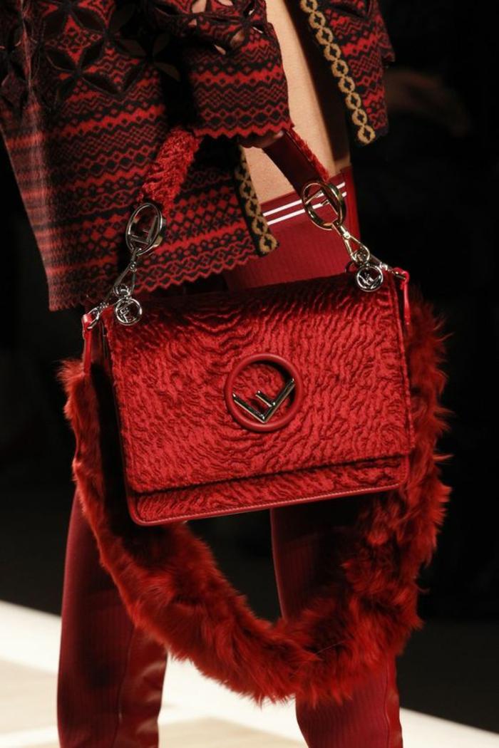 sac à dos femme cuir en rouge vermeille avec l'initiale de Fendi renversée a porter comme sac à main aussi