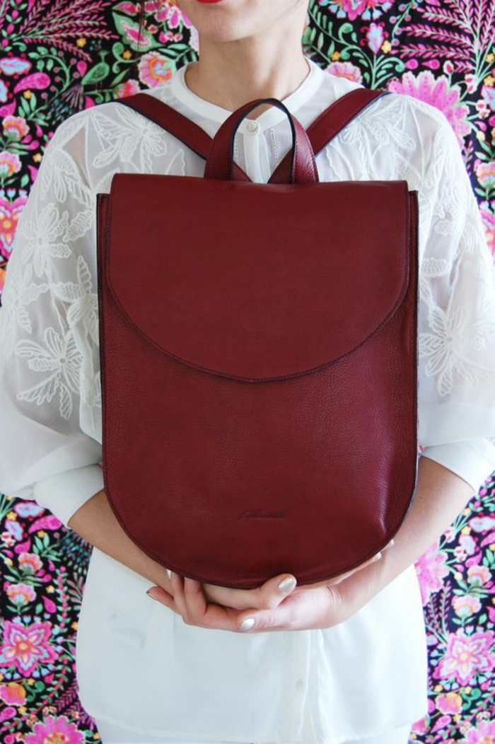 sac à dos femme tendance en couleur bordeaux en forme de grand fer à cheval chic quotidien