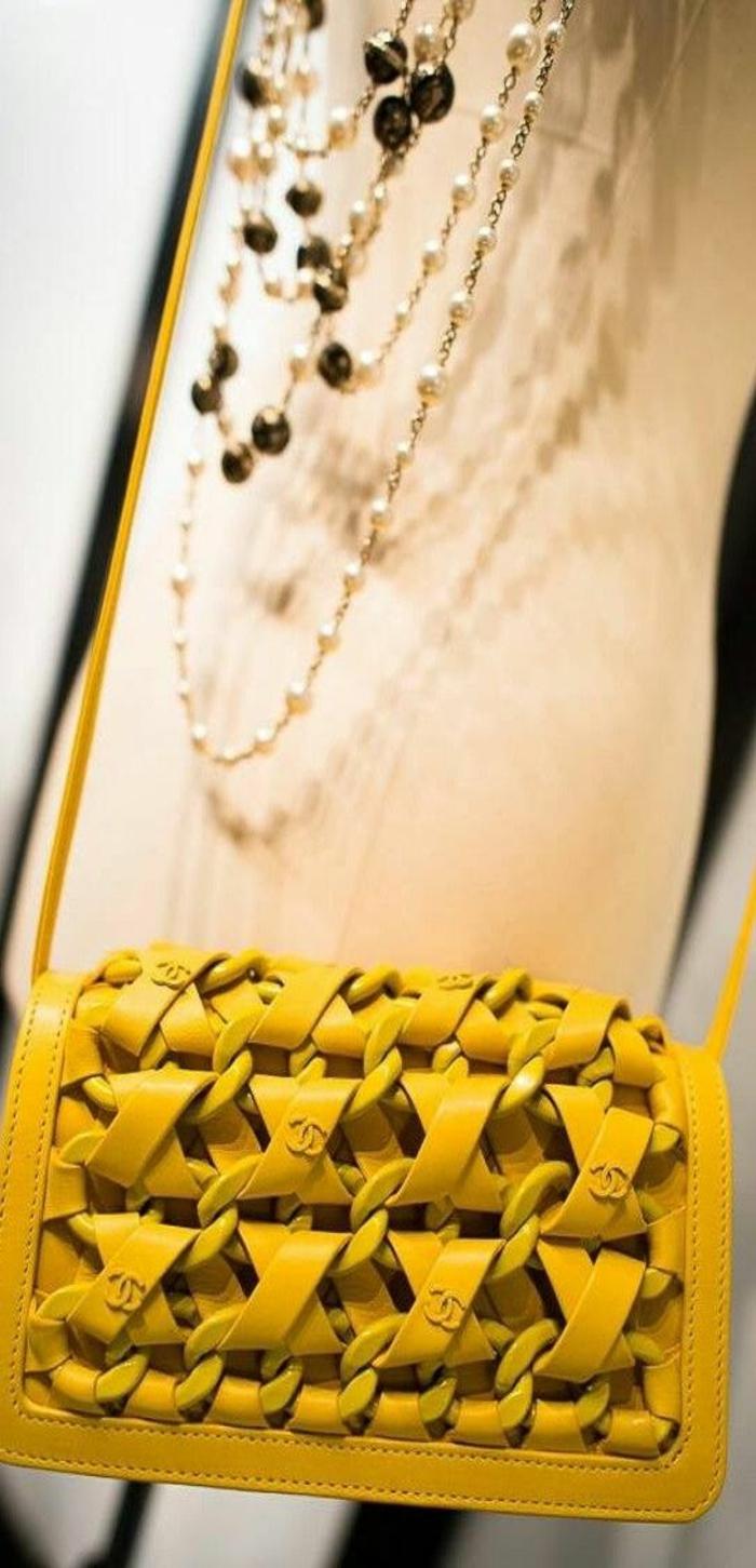 sac à dos femme tendance en jaune rayonnant petite taille aux motifs tressés devant