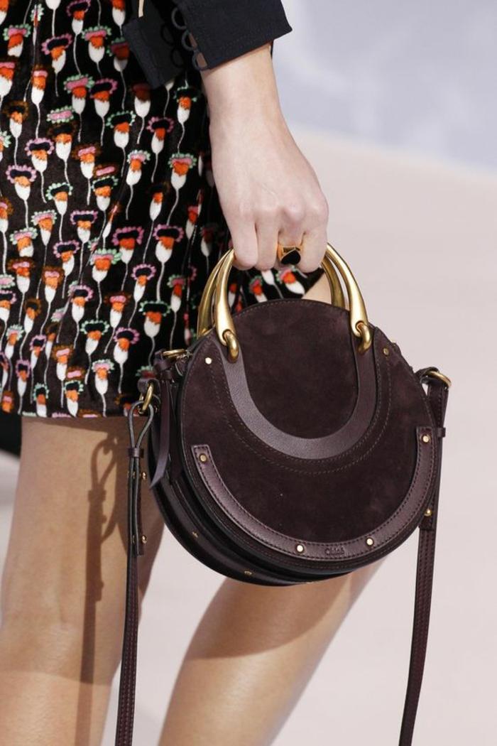 sac à dos femme tendance en forme ronde et en couleur prune avec des poignets en métal doré