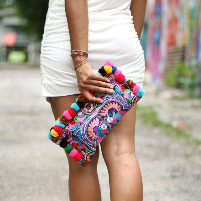 sac a main rectangulaire, broderies bariolées, pompons multicolores, petit sac porté avec une mini robe