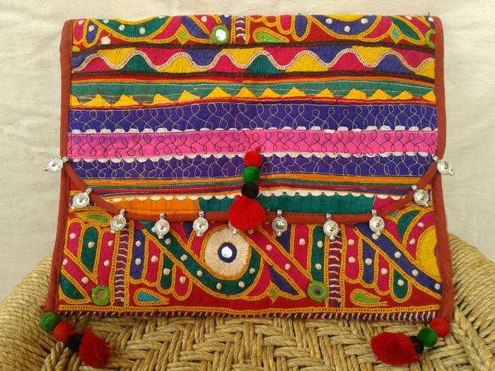 sac a main rectangulaire, motifs colorés, chaise en paille, mur blanc