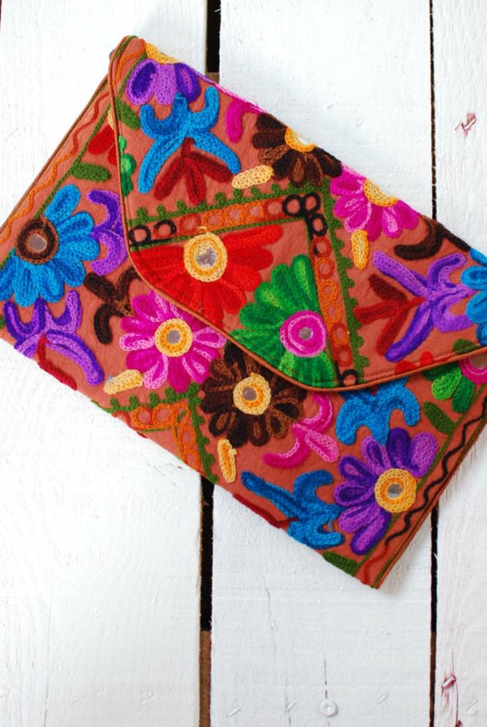 sac a main rectangulaire, broderies florales, sac orange avec des fleurs multicolores