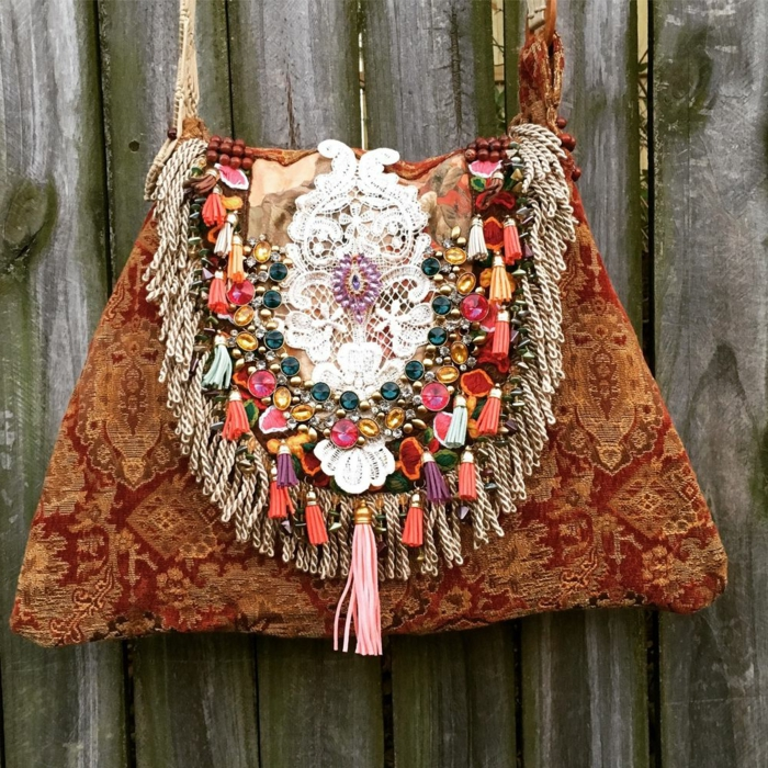 sac femme bandouliere, sac en forme de trapèze, franges et suspensions