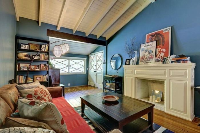 salon cocooning, cheminée blanche, peinture murale bleue, plafond en lattes blanches, sofa rouge