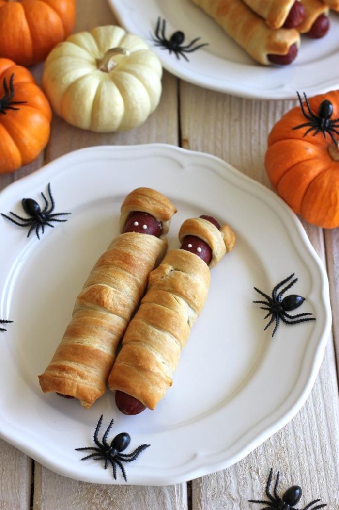 idée originale pour un aperitif halloween original, des saucissons feuilletés façon momies