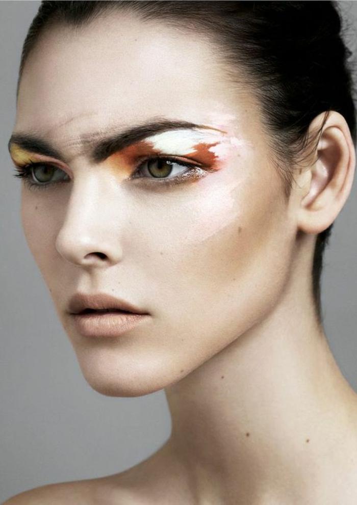 maquillage yeux marrons avec fard en marron beige et jaune délicat et sourcils marron foncé